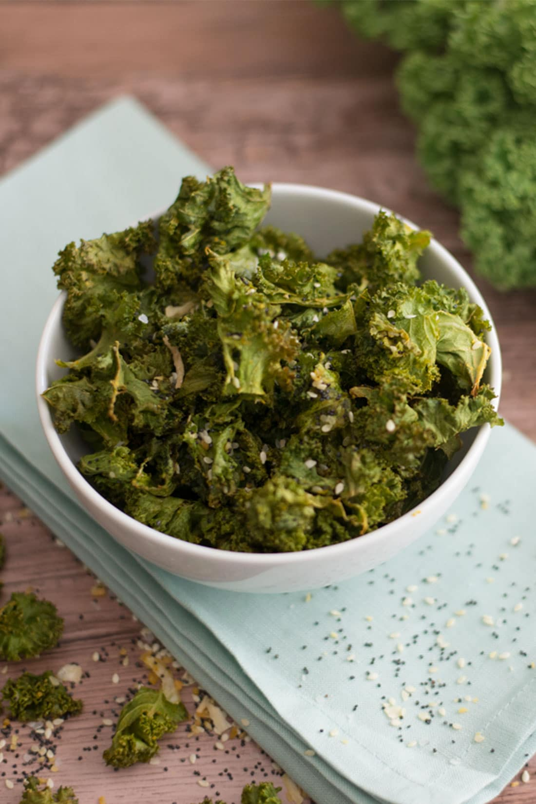 Everything Bagel Kale Chips -- All simple ingredients, these kale chips are an easy guilt free vegan and gluten free snack! | mindfulavocado