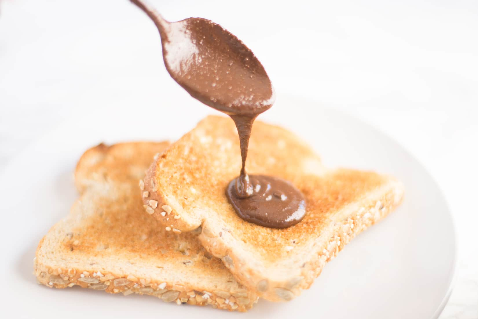 Homemade Vegan Nutella -- Try this homemade vegan Nutella with only 5 ingredients for a healthier sweet spread! - mindfulavocado