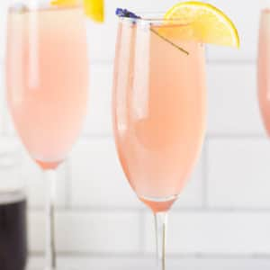 Change up the classic mimosa recipe with a lavender lemonade mimosa! So easy to make and is perfect for Summer brunch! #mimosas #mimosarecipe #summermimosa | Mindful Avocado