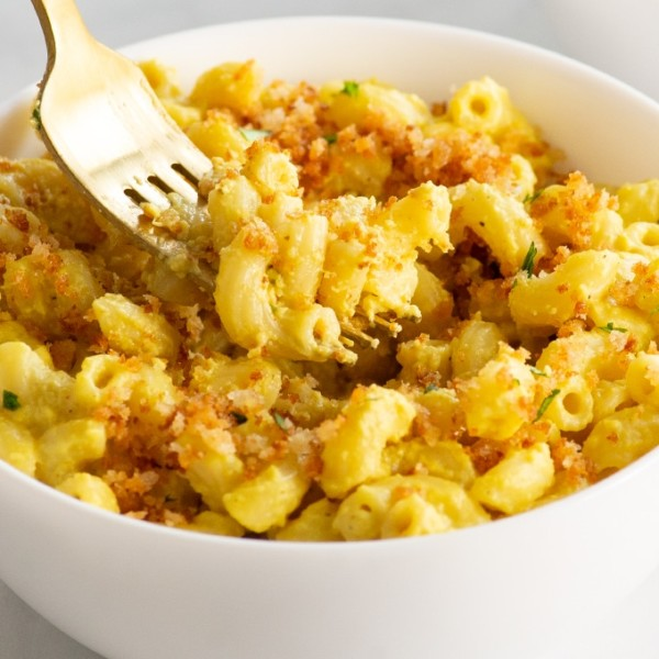 closeup of fork with vegan mac and cheese